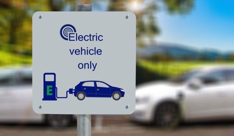 cartello ricariva veicoli elettrici aixam minicar milano miniauto nuova usata totalmente elettrica ecologica e non inquina presso minicarmilano a monza e milano
