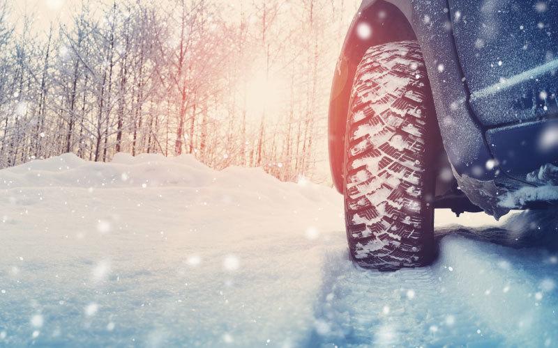 auto winter check für sicherheit bei schnee. kontrolle der winterreifen in bozen, eppan, südtirol
